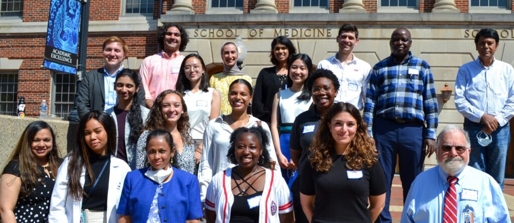Class of 2022 students pose with alumni, faculty and staff at orientation
